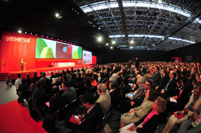 grupo de personas en una conferencia de universia