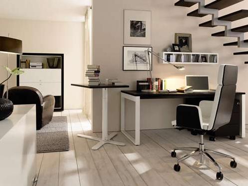 escritorio ordenado en una oficina blanca con suelo de madera