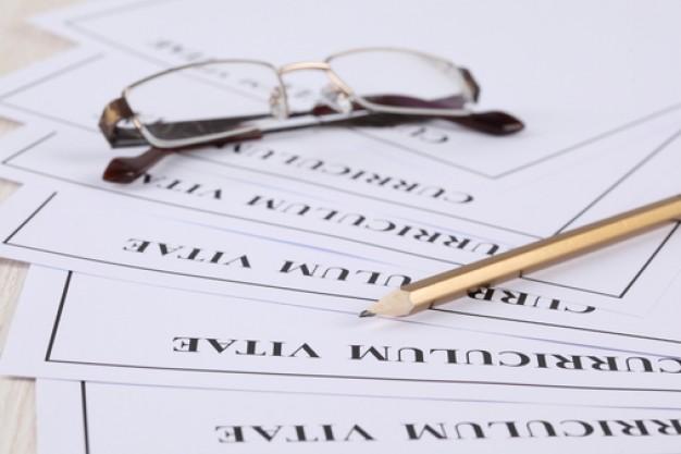 lapiz y gafas de vista sobre curriculum vitae
