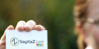 mano de mujer sujetando tarjeta de visita de sagitaz