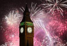 Big ben con fuegos artificiales en londres celebrando el año nuevo