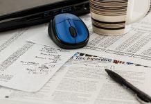 raton inalambrico azul en una mesa con documentos de oficina