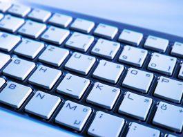 teclado blanco de un ordenador
