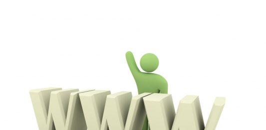 monigote verde de una persona detras de las res w saludando