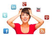 mujer agobiada con pared de fondo blanca con las manos en la cabeza y logotipos sociales