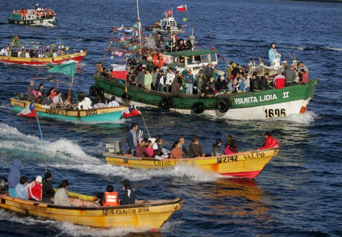 personas en barcas por el mar por la fiesta de san pedro