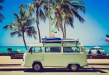 furgoneta verde en una carretera al lado de la playa