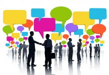 silueta de personas con bocadillos de comunicacion de colores comunicandose entre si