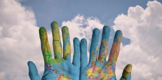 manos pintadas del mapa mundo