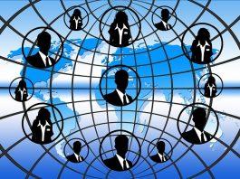 silueta de personas sobre mapa mundi azul