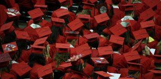 jovenes universitarios en la graduacion