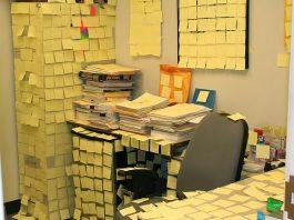 oficina llena de posit amarillo