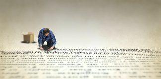 hombre moreno al final de pagina de un libro