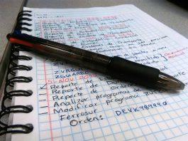 boli negro encima de una libreta de notas
