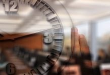 reloj sobre imagen de una conferencia