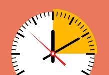logo de zoho projects y reloj analógico blanco y naranja sobre fondo salmon