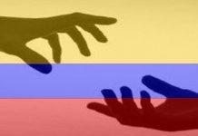 manos ayudandose y con fondo de la bandera de ecuador