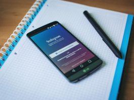 aplicacion para android de instagram en la pantalla de un movil lg encima de una libreta