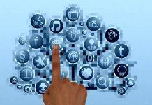 mano pulsando en un dibujo de una red social