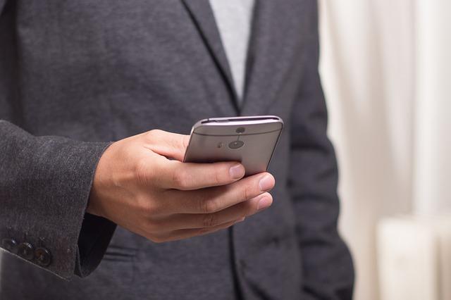 hombre descubriendo 3 nuevas apps