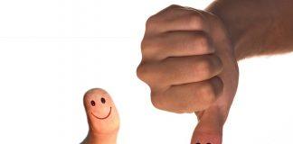 dedo pulgar hacia arriba con una sonrisa y dedo pulgar hacia abajo triste
