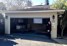 mujer con el pelo recogido en la puerta de un garaje con el logo google