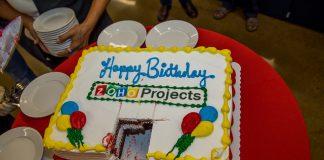 tarta de cumpleaños de zoho projects en una mesa roja
