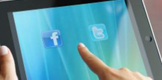 tablet negra con pantalla azul y los iconos de las redes sociales facebook y twitter