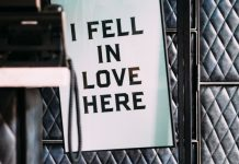 """i fell in love here"" cartel colgado en una oficina"