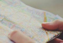 manos cogiendo un mapa