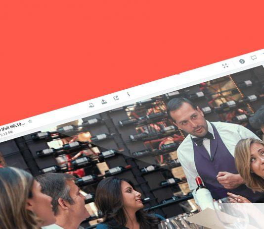 camarero con pajarita en un restaurante ofreciendo el vino a los clientes