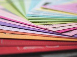 carpetas de colores agrupadas en forma de abanico