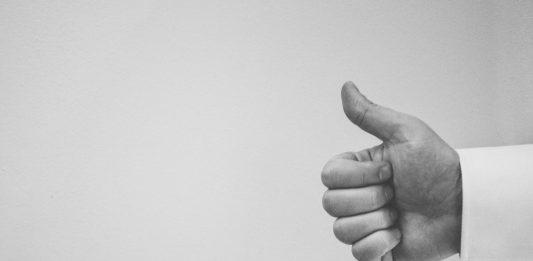 mano con el pulgar hacia arriba en blanco y negro
