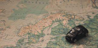 Coche sobre mapa de Europa