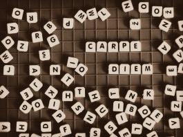 """Juego de letras sobre una mesa de madera """"carpe diem"""""""