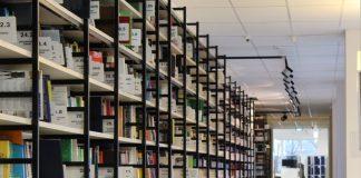 Biblioteca con estanterias amplias