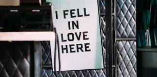 """""""i fell in love here"""" cartel colgado en una oficina"""