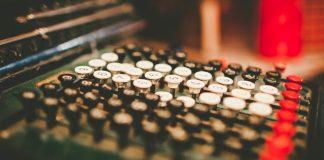 teclas negras blancas y rojas de una maquina de escribir