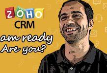 persona en formato comic sonriendo en un fondo amarillo con el logo de zoho